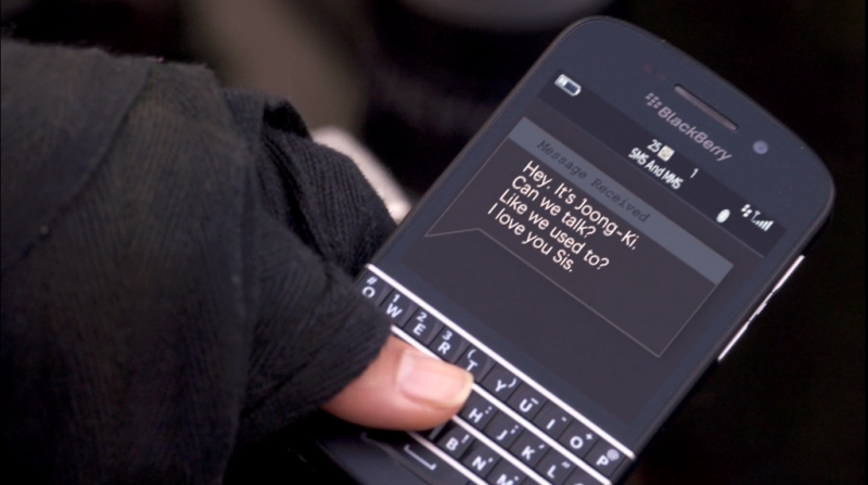 A BlackBerry Q10 conveys a sweet sentiment the old-fashioned way, via text, on Sense8.